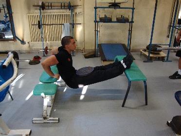 Dips entre deux bancs musculation des triceps - Exercice de musculation avec banc ...